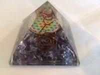 Orgone piramide met Amethist en Flower of Life